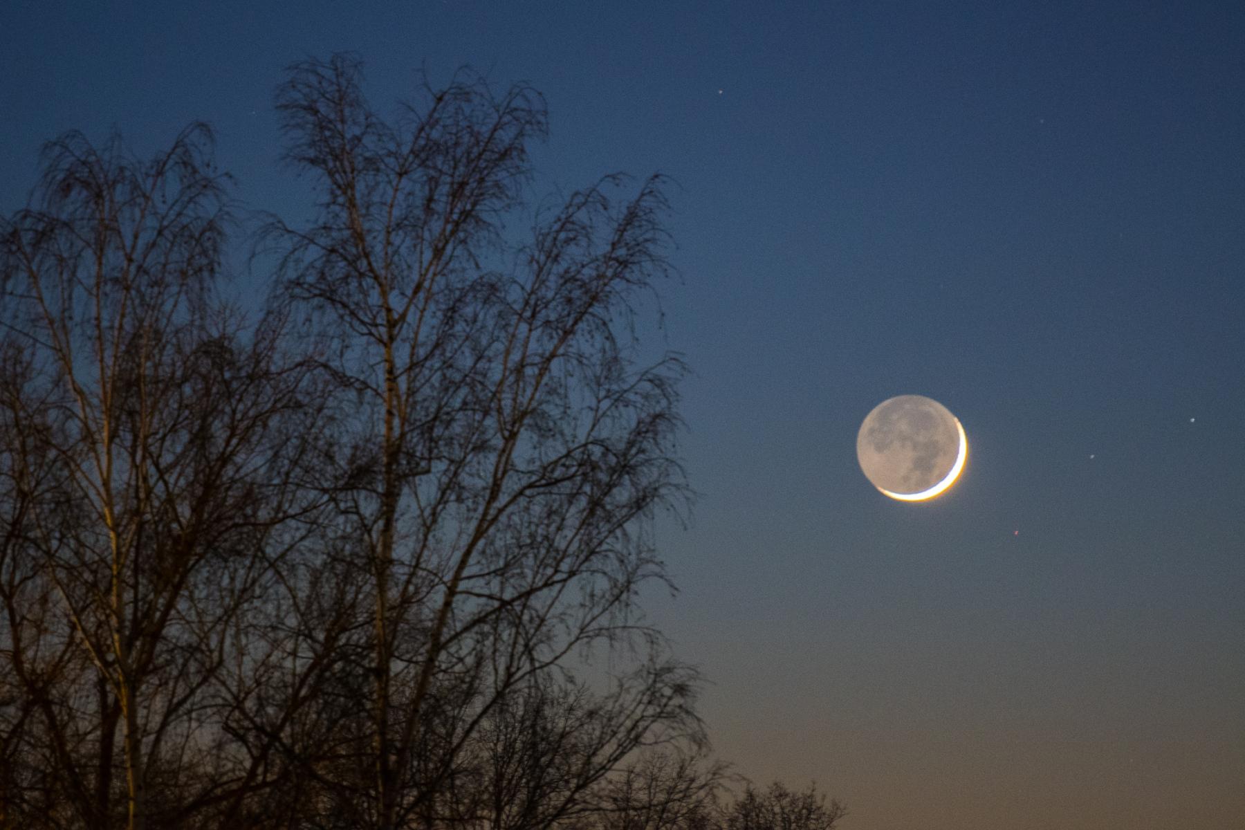 Schmale Mondsichel am Abend des 13.2.2021